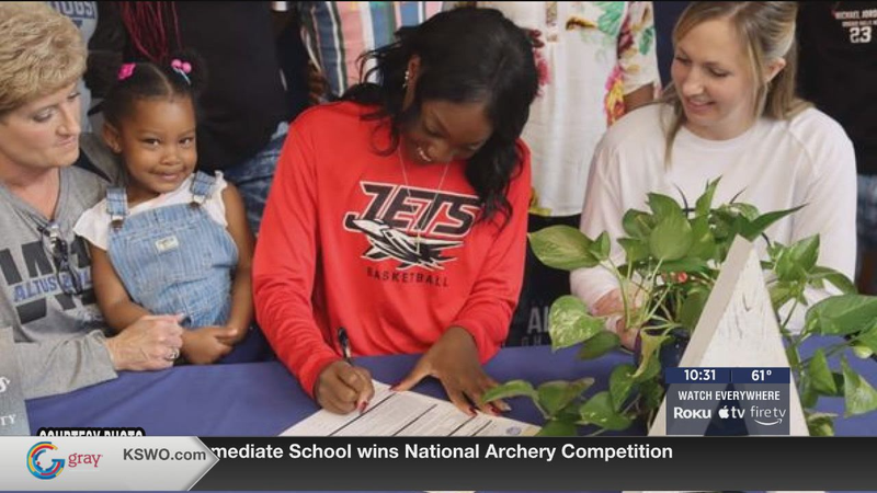 Altus hoops star Johnson signs with NOC